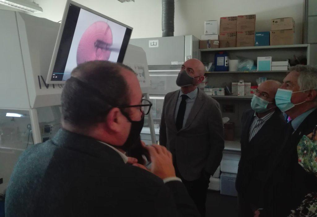 Foto de la visita del Consejero de Ciencia, Universidades e Innovación de la Comunidad de Madrid a los laboratorios de las empresas de la FPCM.