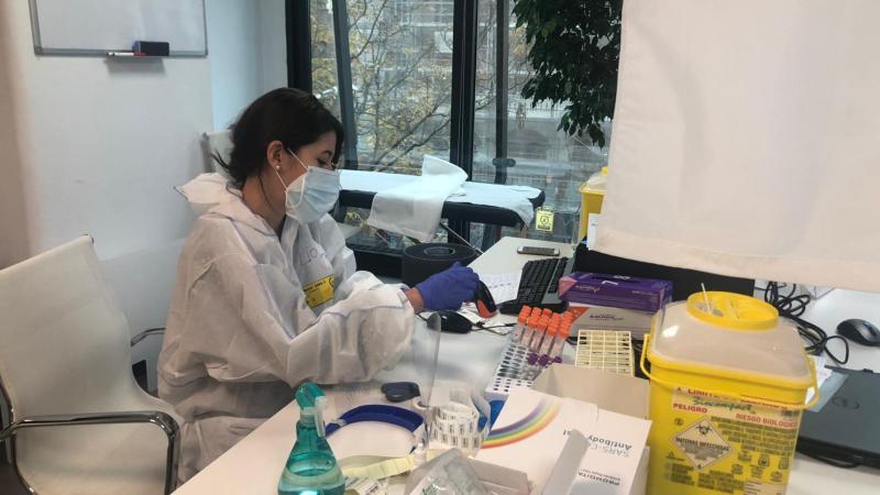 Pruebas COVID-19 en un laboratorio (RTVE).