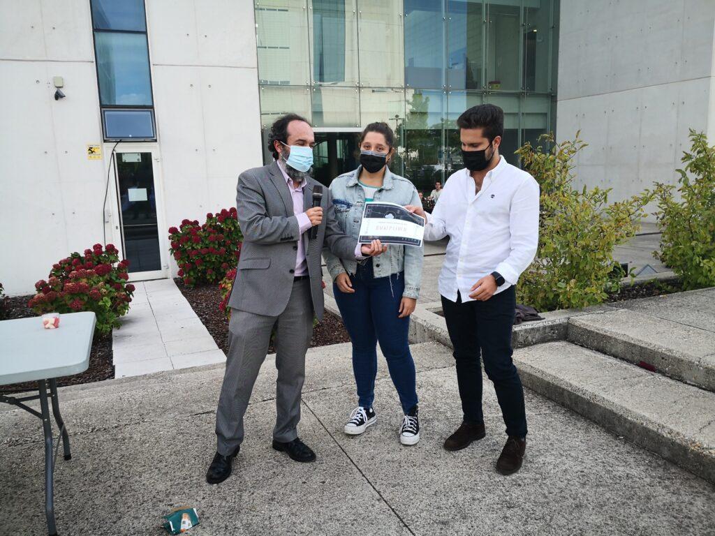 Luis Gálvez, Director de EPMTIC (izquierda), da el segundo Premio de Empresa a Víctor de Haro Soriano, de Ghop.